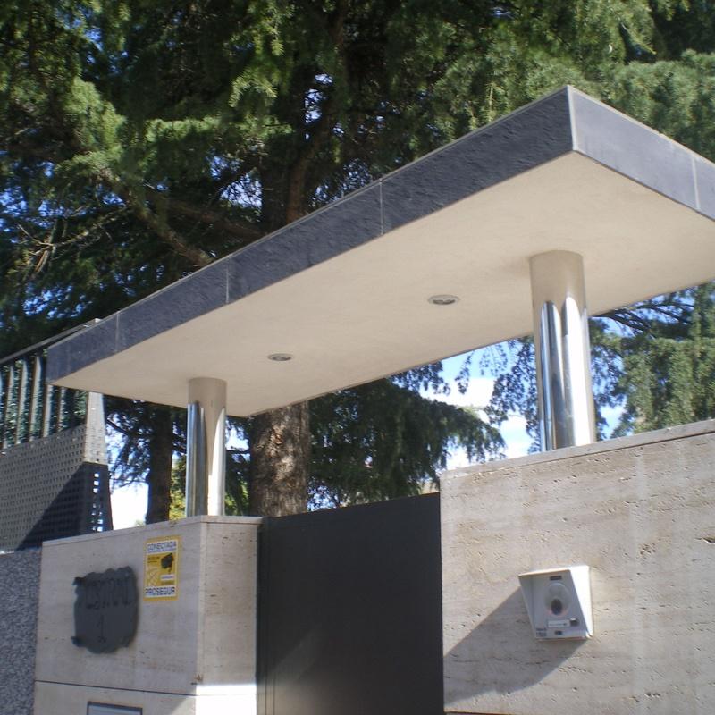 Estructura metálica sobre puerta.