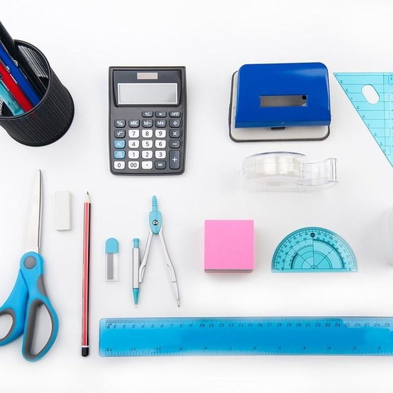 Calculadora, tijeras, reglas, lápices, compás