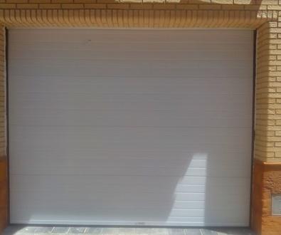 Sustitución de puerta seccional golpeada
