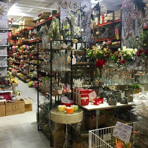 Interior de la parada en Mercaflor con cristal y diversos complementos para floristería -Fernando Gallego SCP