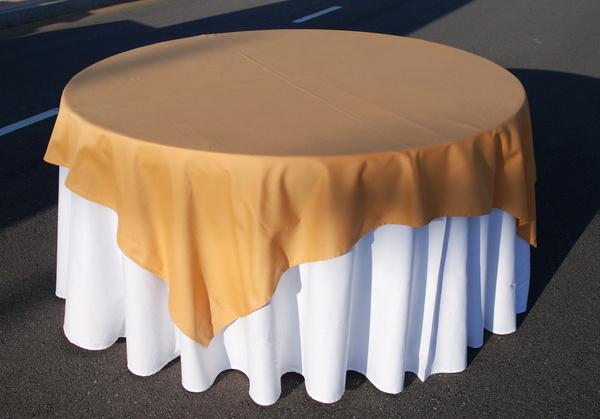 Alquiler mantel color blanco cubre mantel dorado, para mesa redonda,rectangular,tablero,evento,boda,catering,Asturias,Oviedo.