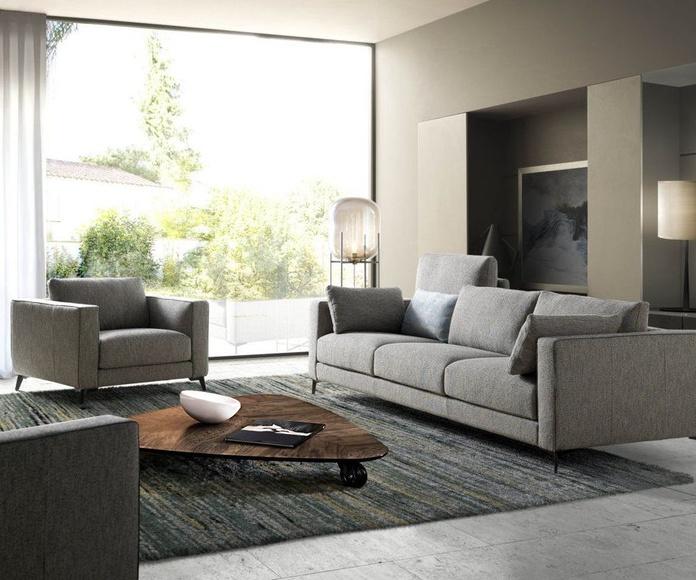 Sofá modelo MYND. Líneas puras y su respaldo con elevación de 90º. Un gran confort con dos anchos de brazos, y su pestaña de otro color, consigue su personalización en cada sofá.