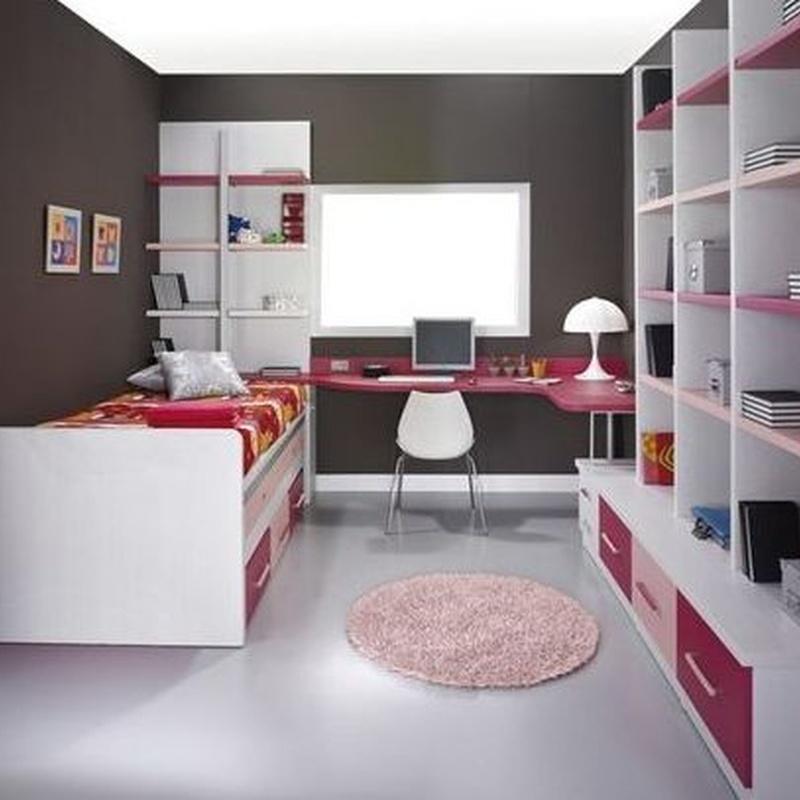 Dormitorio juvenil lacado en blanco, rosa y fucsia.