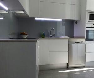 Cocina completa con luces integradas