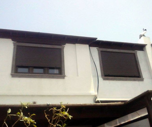 Ventanas en PVC con persianas integradas en color nogal