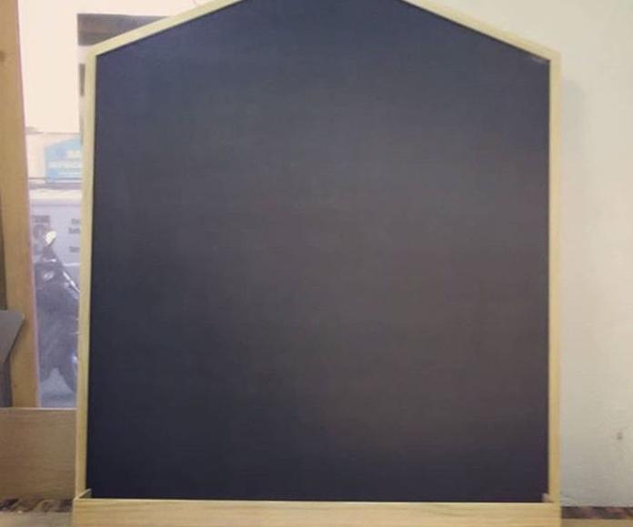 Pizarra en forma de casita con cajón inferior para guardar tizas