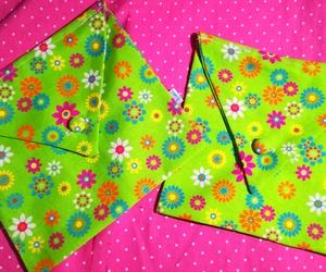 Bolsa-sobre confeccionada en alegre tela de loneta estampada y botón forrado de igual tela. Para guardar lo importante, con Alegría! By Lira.