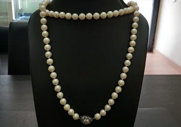 Collar de perlas y broche en oro blanco con diamantes