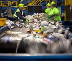 Reciclado de cartón y plástico