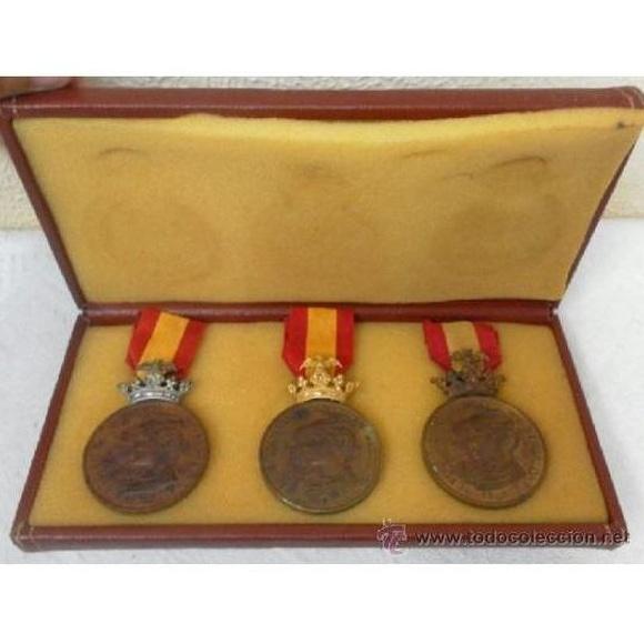 Tres condecoraciones. Categorías oro, plata y bronce. 1888.: Catálogo de Antiga Compra-Venta