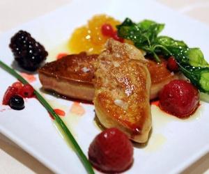 Escalope de foie a la plancha con pota de mango y frutos rojos