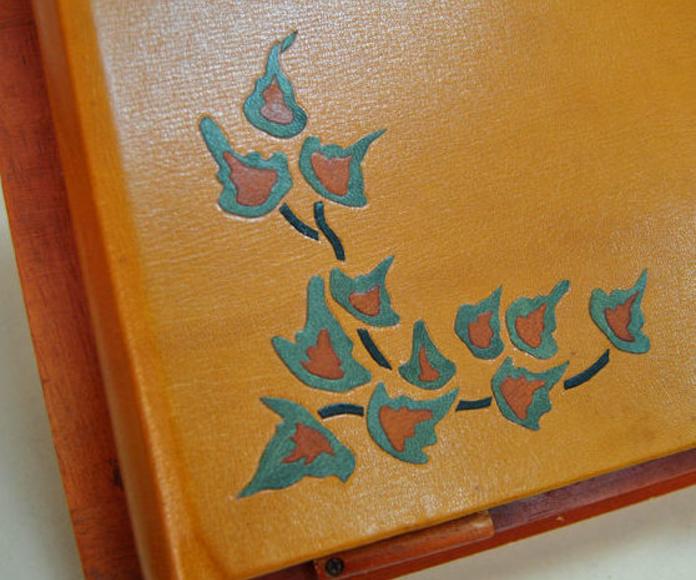 Detalle del mosaico en piel realizado sobre un álbum fotográfico.