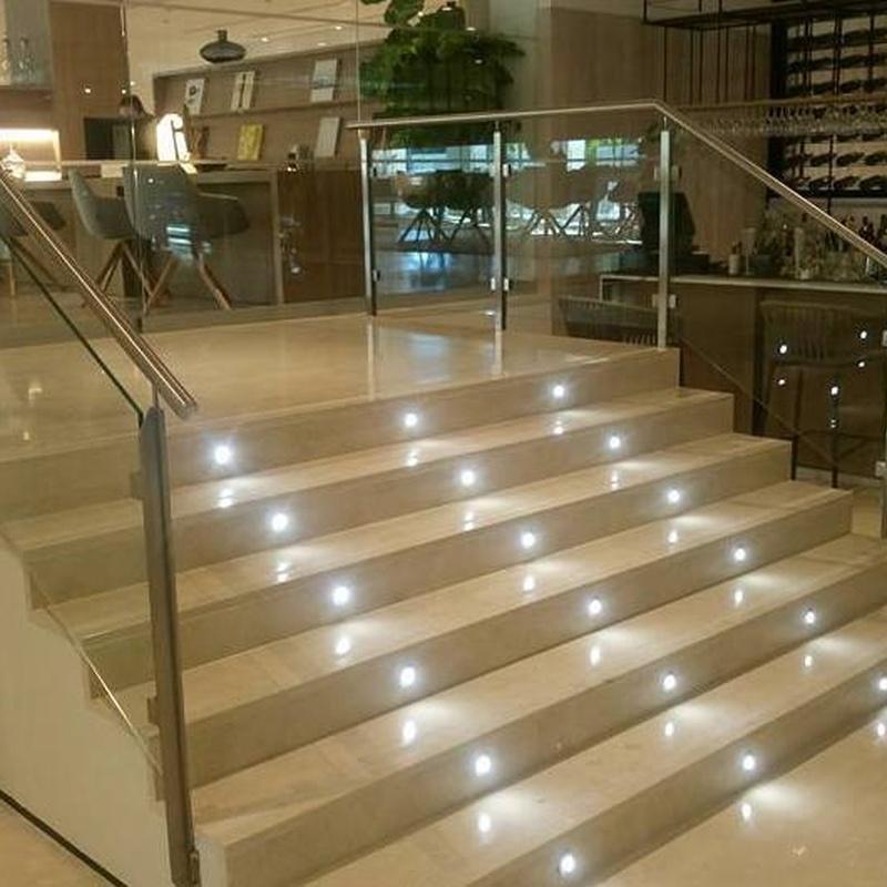 Barandilla de acero inoxidable y vidrio diseñada y montada a medida para hotel de Sevilla