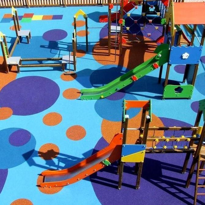 ¿Cómo debe ser el mobiliario de los parques infantiles?