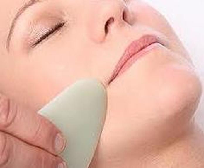 Tecnica Gua Sha utilizada en la Cosmetologia China