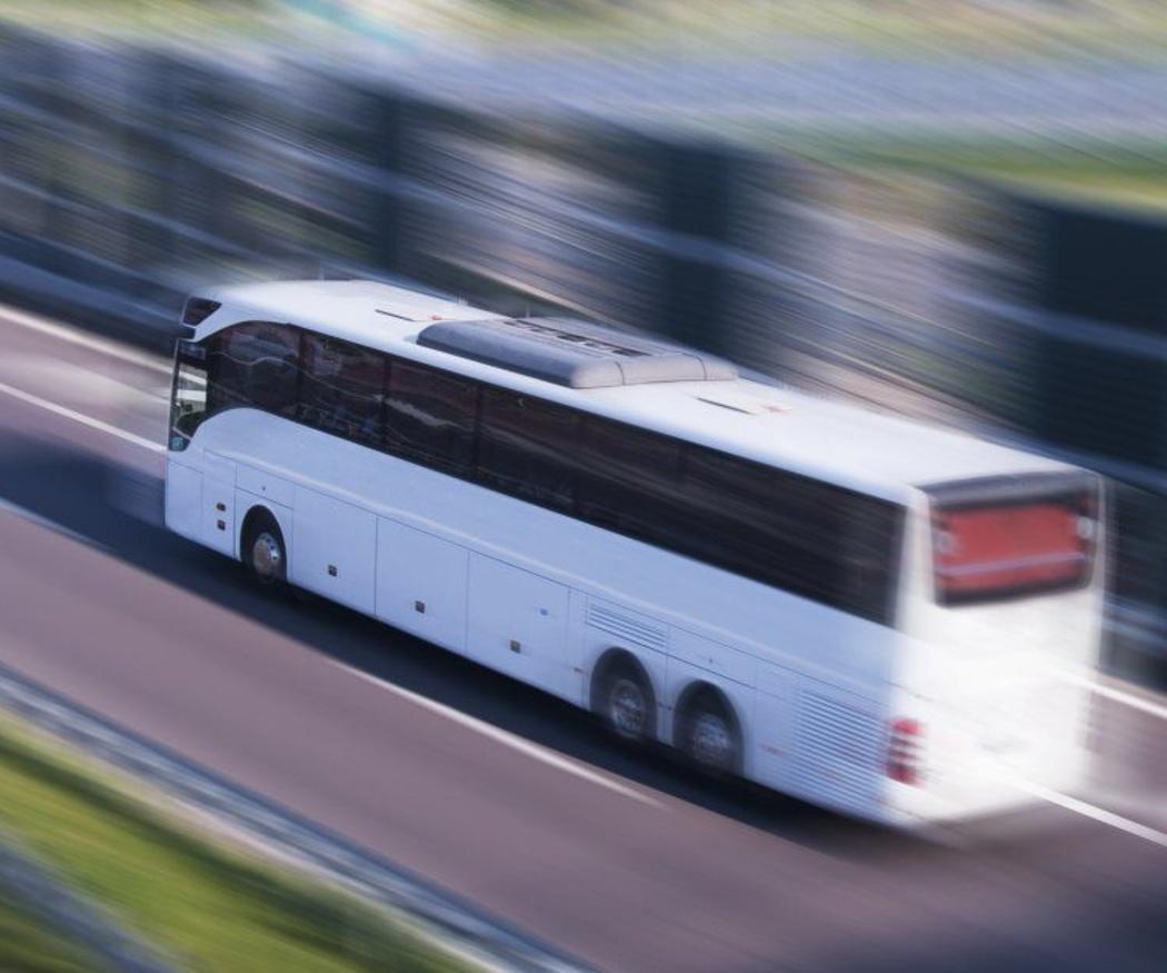Haz tu boda más cómoda y más segura con un autocar