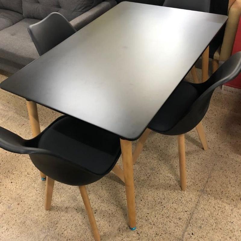 Mesa y 4 sillas en color negro: Productos de Remar Castellón