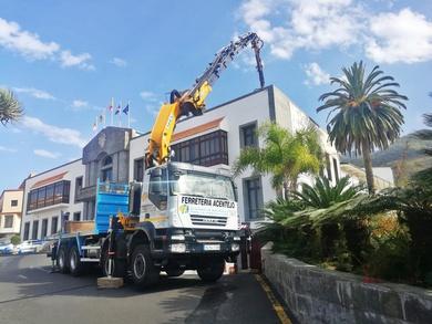 Trabajos con camión grúa en en ayuntamiento de Santa Úrsula