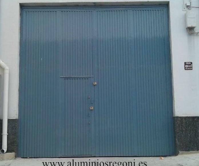 Puerta de chapa pegaso de 4 hojas abatibles con puerta de servicio