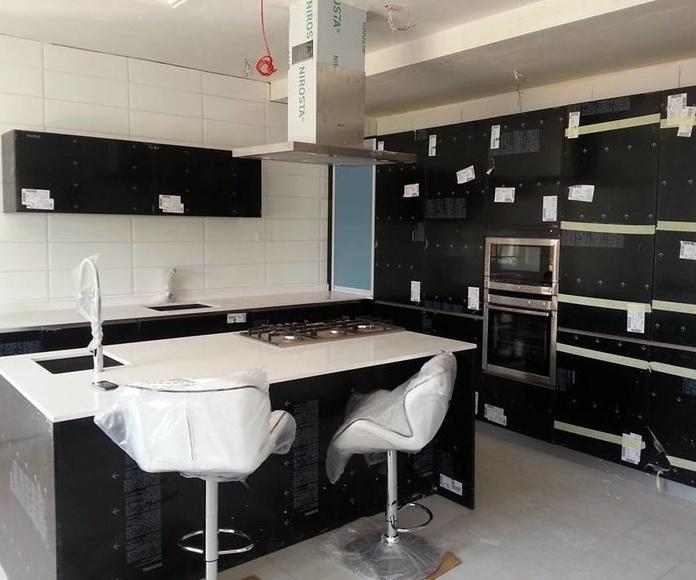 cocina modelo luxe negro con encimera silestone blanco zeus instalada en lagos nigeria