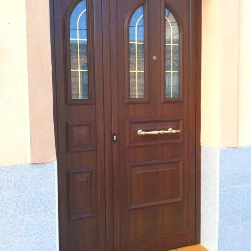 Puerta clásica con vidriera