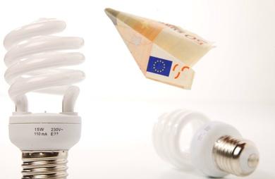 El precio de la luz por las nubes. El Gobierno cifra la subida en 100 euros al año