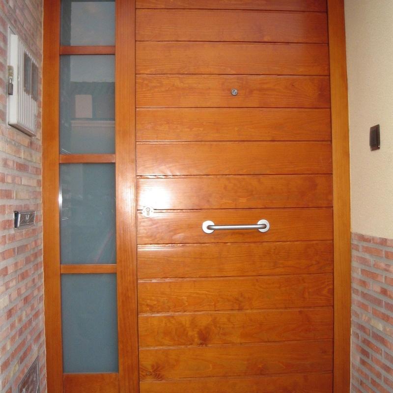 Puerta de madera de pino Melis, tratada con barniz marino, a contra malla, ranurada.