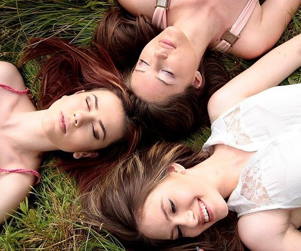 Cinco beneficios de la amistad en la etapa adulta