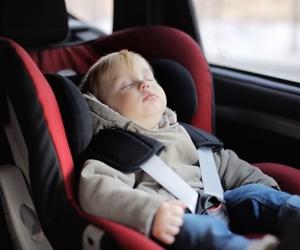 Los niños en un coche deben utilizar un sistema de retención especial