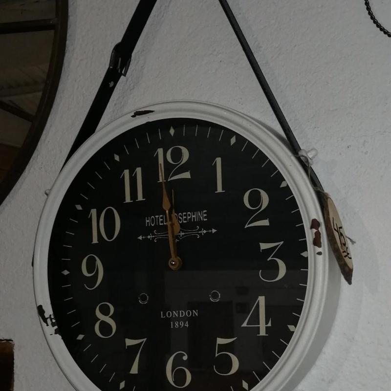 Reloj metal blanco y negro