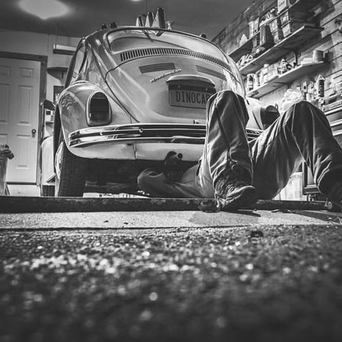 ¿Cómo se rellena el aceite del coche?
