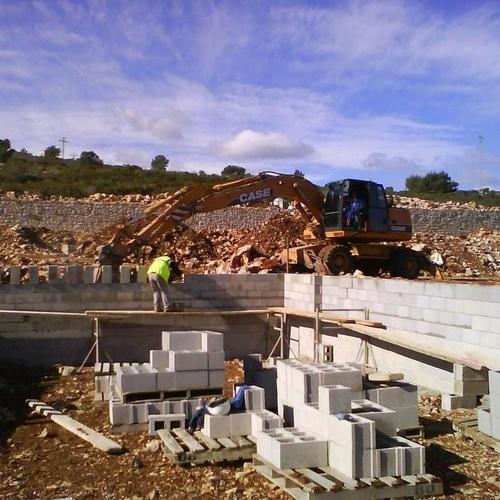 Proceso de construcción. Levantar el muro con bloques para crear el vaso