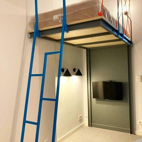 Altillo para soporte de cama, con escalera en color azul Bilbao.