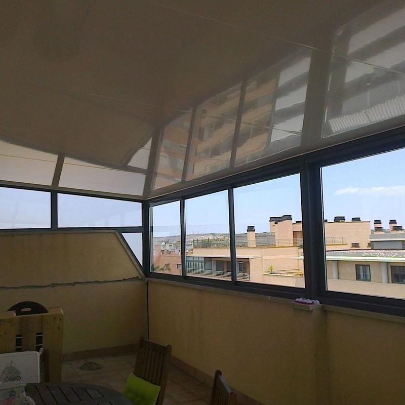 Cerramiento gris con techo