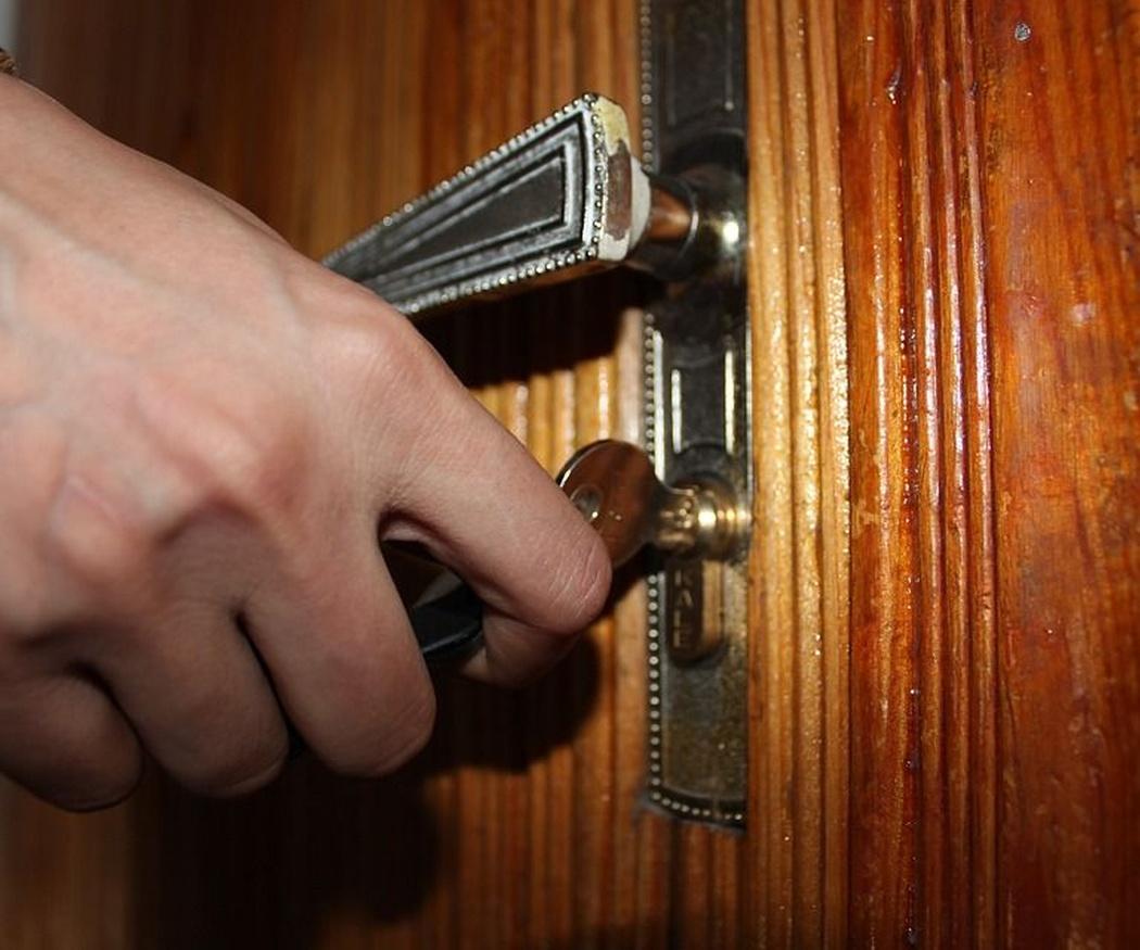 Inquilino o propietario, ¿quién paga al cerrajero?