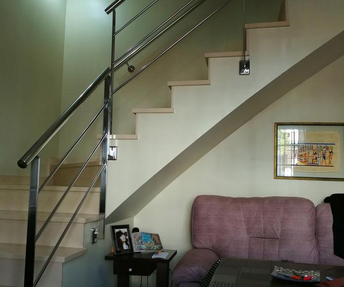 Barandilla de acero inoxidable sencilla montada en casa particular y pasamanos con anclajes a pared