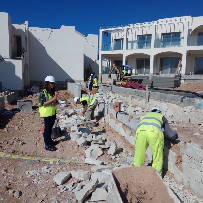 Profesionales colocando Mamposteria concertada ripiada con piedra blanca en Ibiza