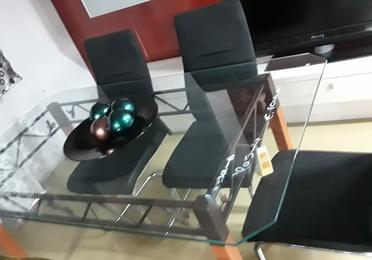 Mesa de cristal hermosa y sillas de calidad