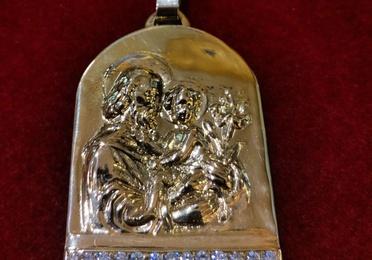 Medalla de oro con diamantes con San José y el Niño. Moderno.