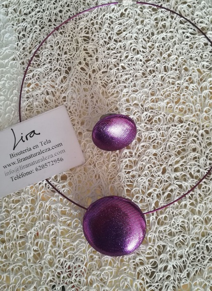 Bisutería en tela de Lira de color violeta brillante.