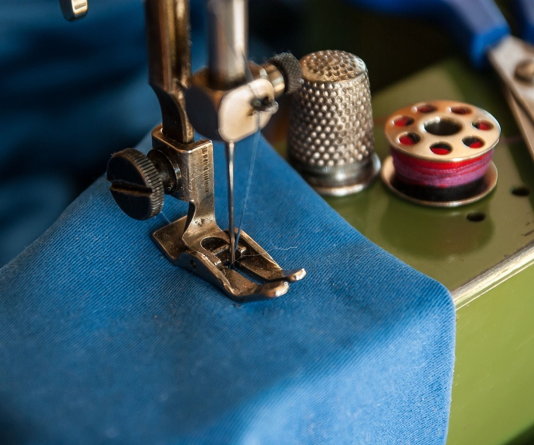 ¿Cuáles son las herramientas básicas de la costura y el tejido?