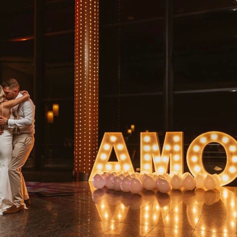 Composición AMOR con bombillas: Decoración de eventos de DeMadera Chic