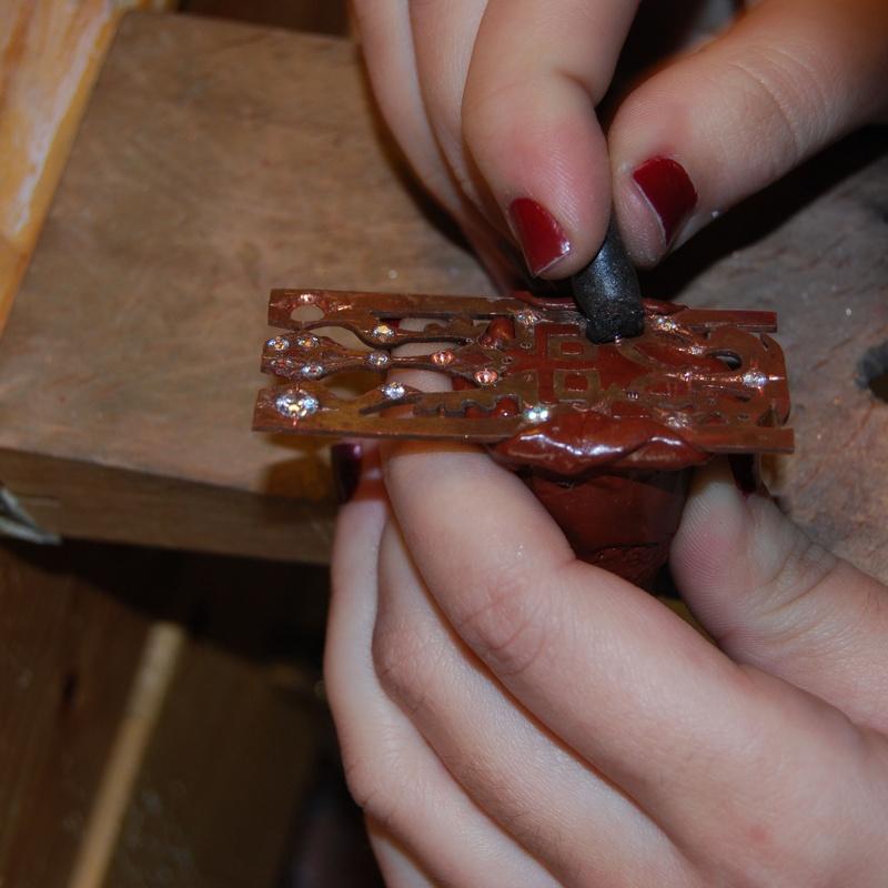 Curso de engastado de piedras en Barcelona: Nuestros cursos de puigBCNjoies Escola Taller de Joieria