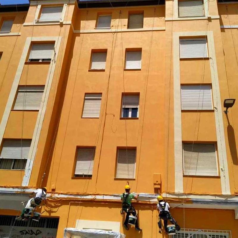 Impermeabilización de fachada con trabajos verticales en Santander y Torrelavega