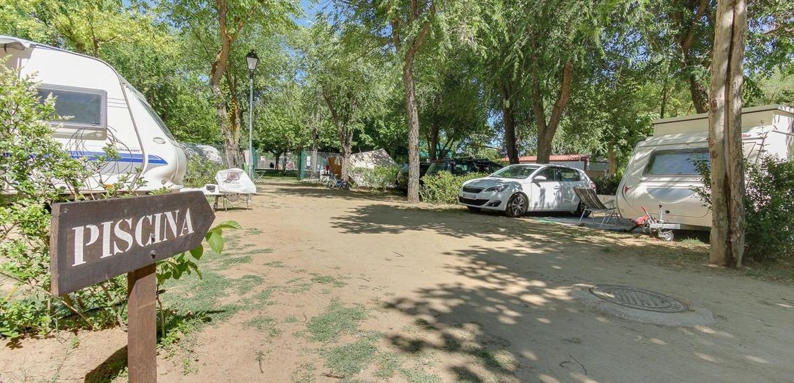 Camping para caravanas con parcelas delimitadas en Salamanca