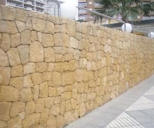Construcción de fachada de piedra amarilla de la Nucia