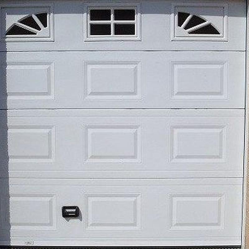 Puerta seccional en cuarterones y ventanas