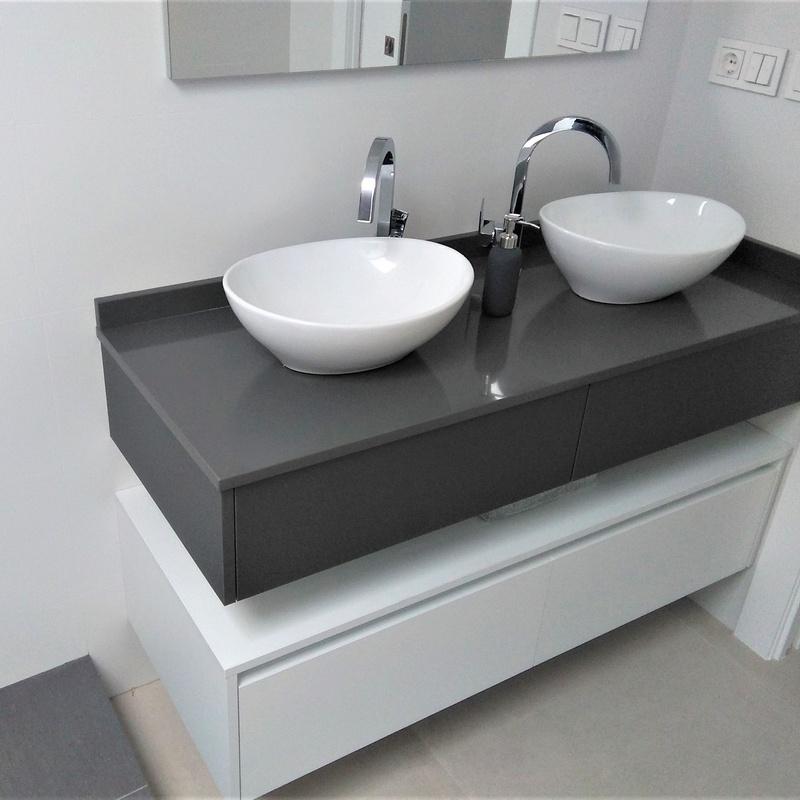 Mueble de baño suspendido gris y blanco