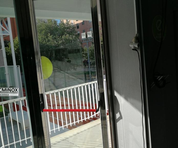 Cerramiento de piscina cubierta. Puerta con sistema antipánico para salida de emergencias fabricada con acero inoxidable de calidad AISI 316