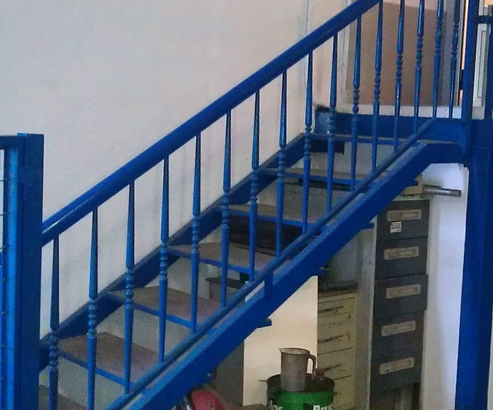 Escalera recta con escalón de madera